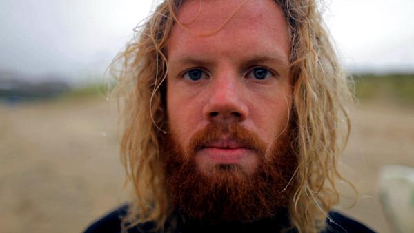 DE AARD VAN HET FEESTJE : SURFERS